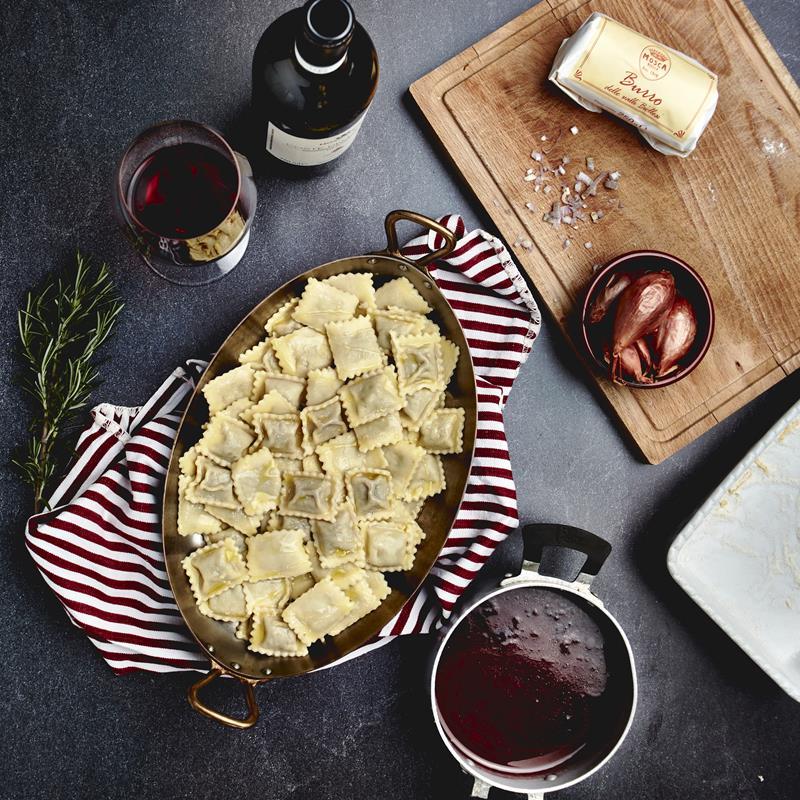 Gli agnolotti sono una tipica pasta ripiena piemontese. La cottura è rapida sia in brodo che asciutti. Nella ricetta non sono con il classico ragù o sugo d'arrosto, ma con una riduzione di vino locale, il Coste della Sesia Rosso in collaborazione con le Tenute Sella di Lessona.