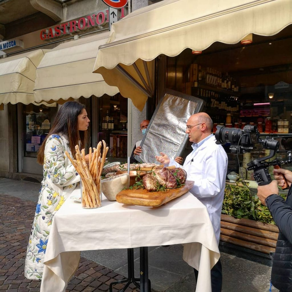 Daniela Ferolla e Alberto Mosca impegnati nella degustazione della Paletta Biellese e della Polenta Concia di Oropa