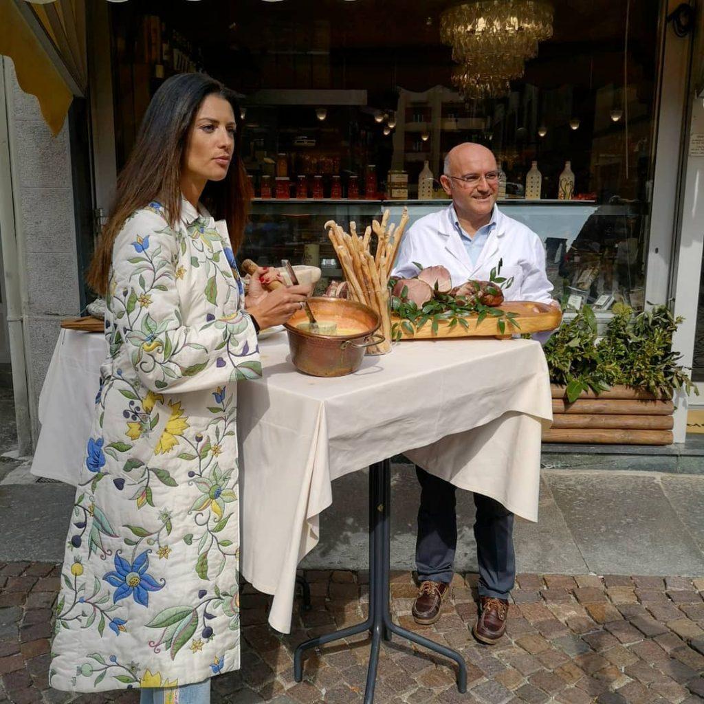 Daniela Ferolla di Lineaverde a Biella assaggia la polenta concia preparata dalla macelleria gastronomia mosca di via san filippo